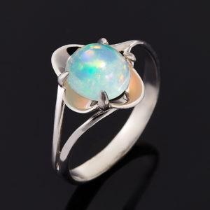 Кольцо с белым камнем опал