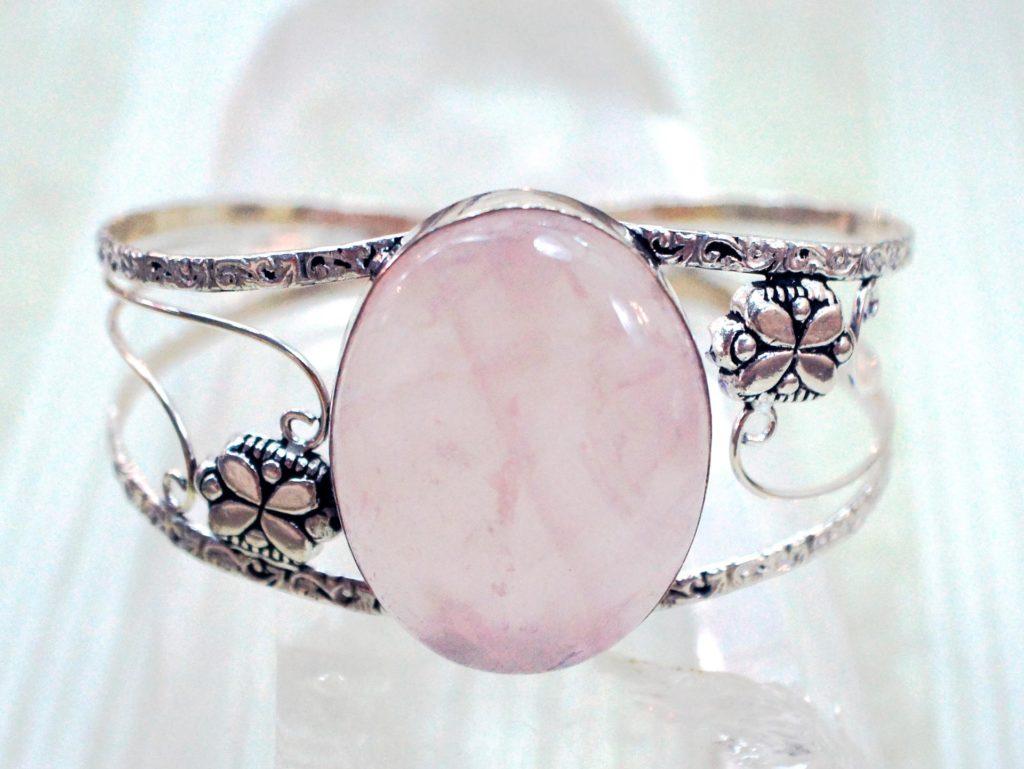 розовый кварц в браслете