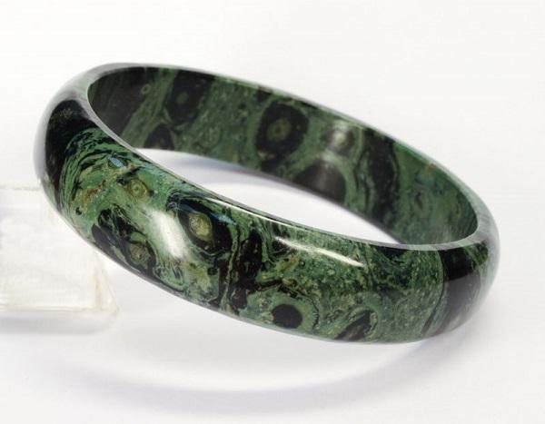 Круглый браслет из зеленой яшмы